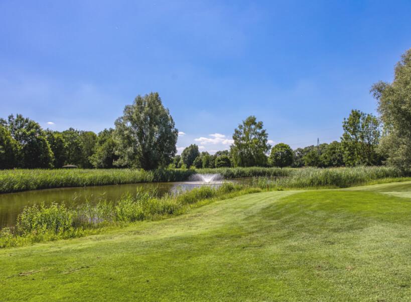 Golfplatz mit Ausblick auf den See des Golfclub Ingolstadt